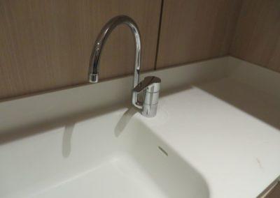 Lavabo integrato in corian con alzatina integrata